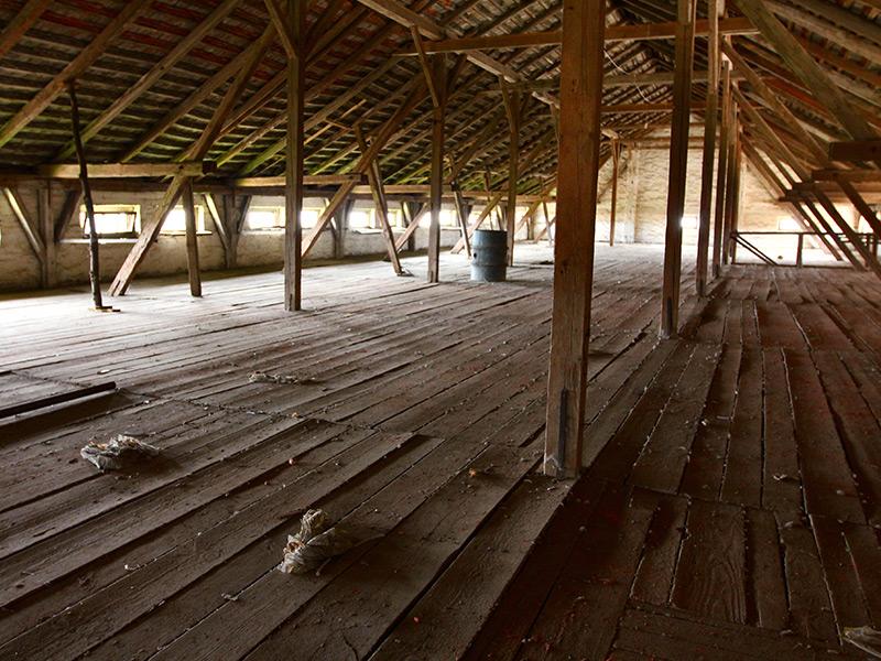 Die Dachbodenreinigung kann umfangreich sein. Setzen Sie auf den Experten!